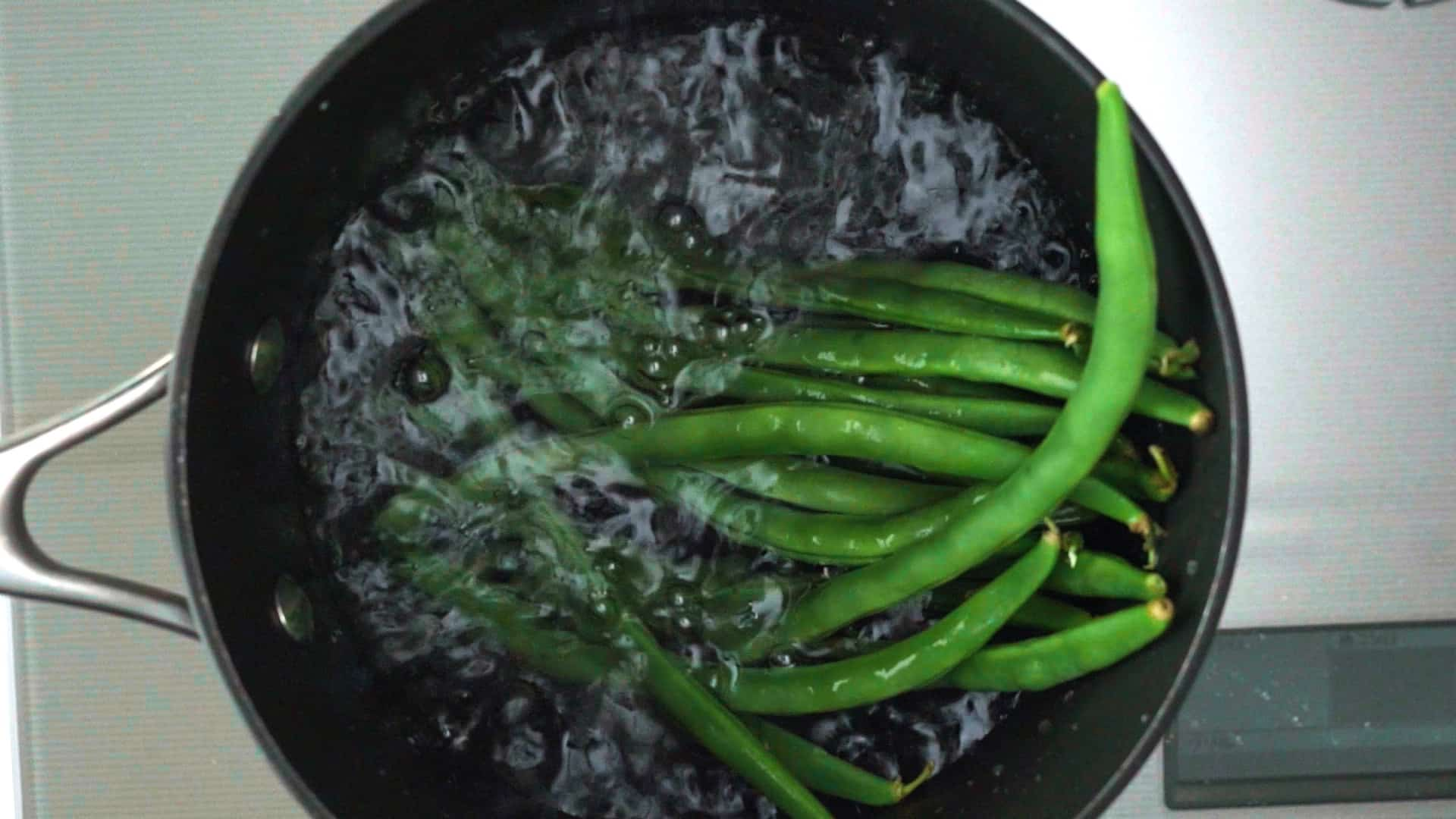 Boiling green beans for Doria.