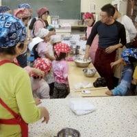 これは、彦根へ呼んでいただいて行った出張製麺体験会。みなさん興味津々ですね。