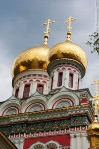 Goldene Kuppeln der Kirche von Shipka in Bulgarien