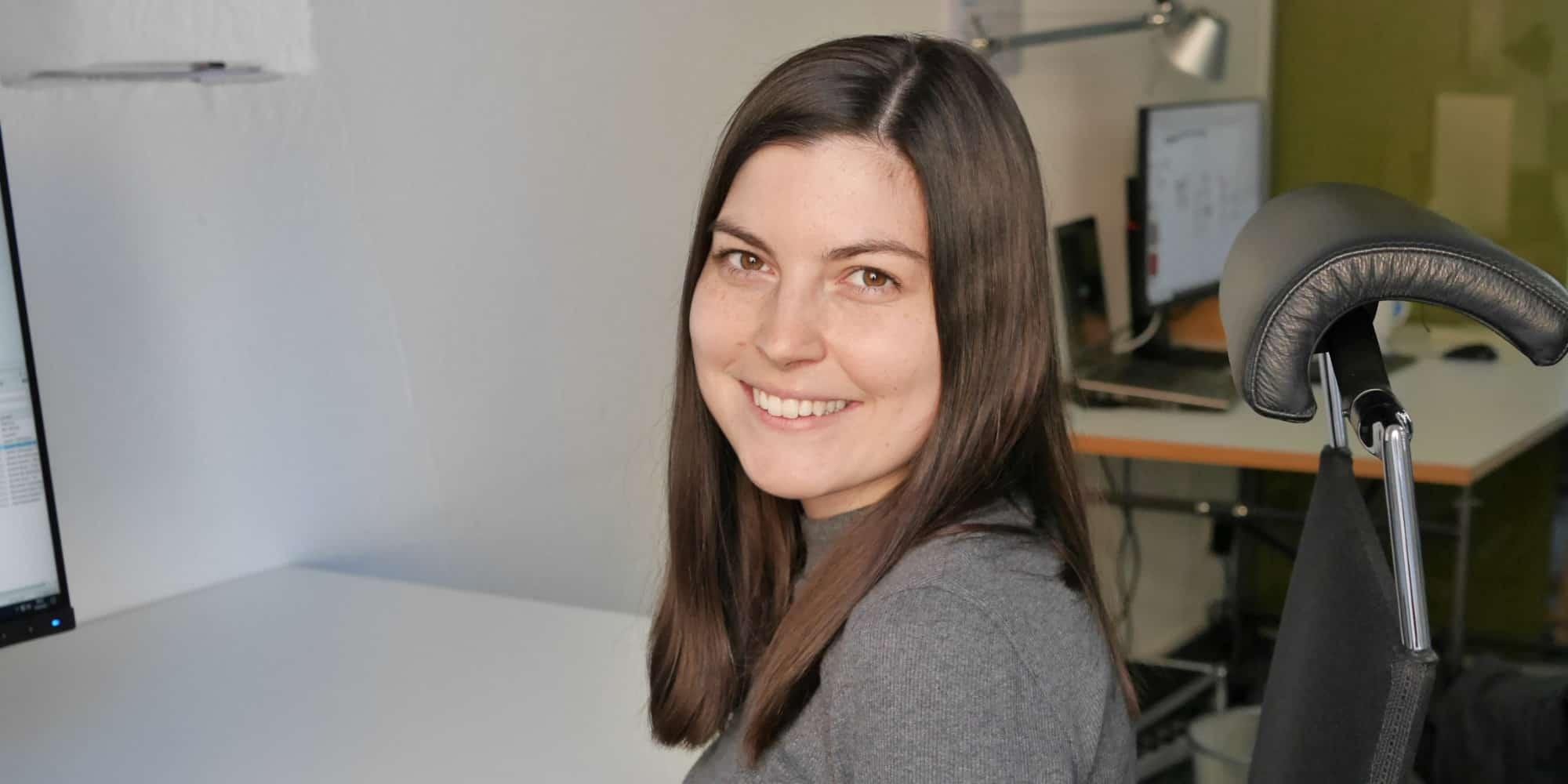 Bild: Paulina Grotz am Schreibtisch, (c) ver.de