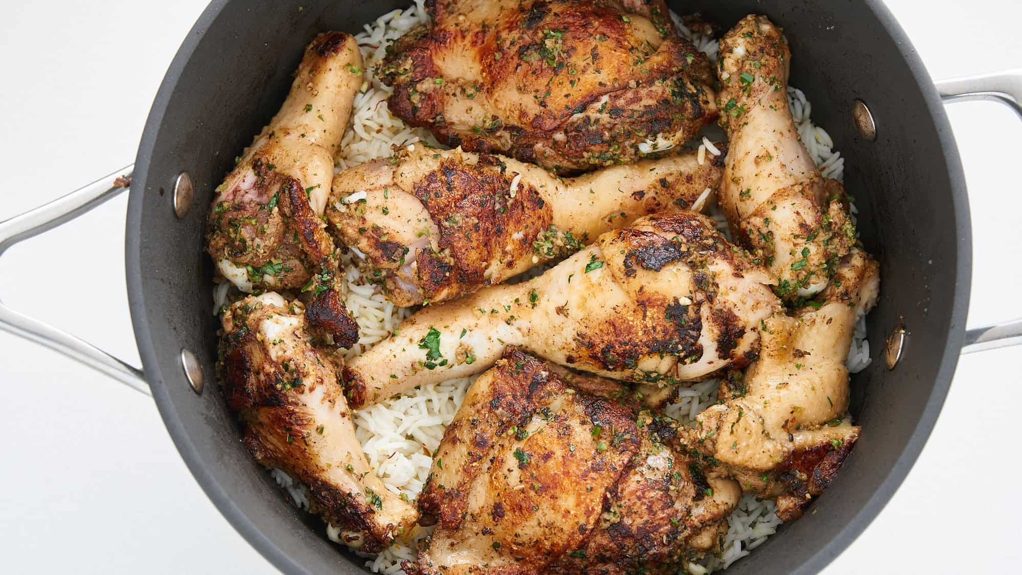 The browned chicken gets layeed on the rice.