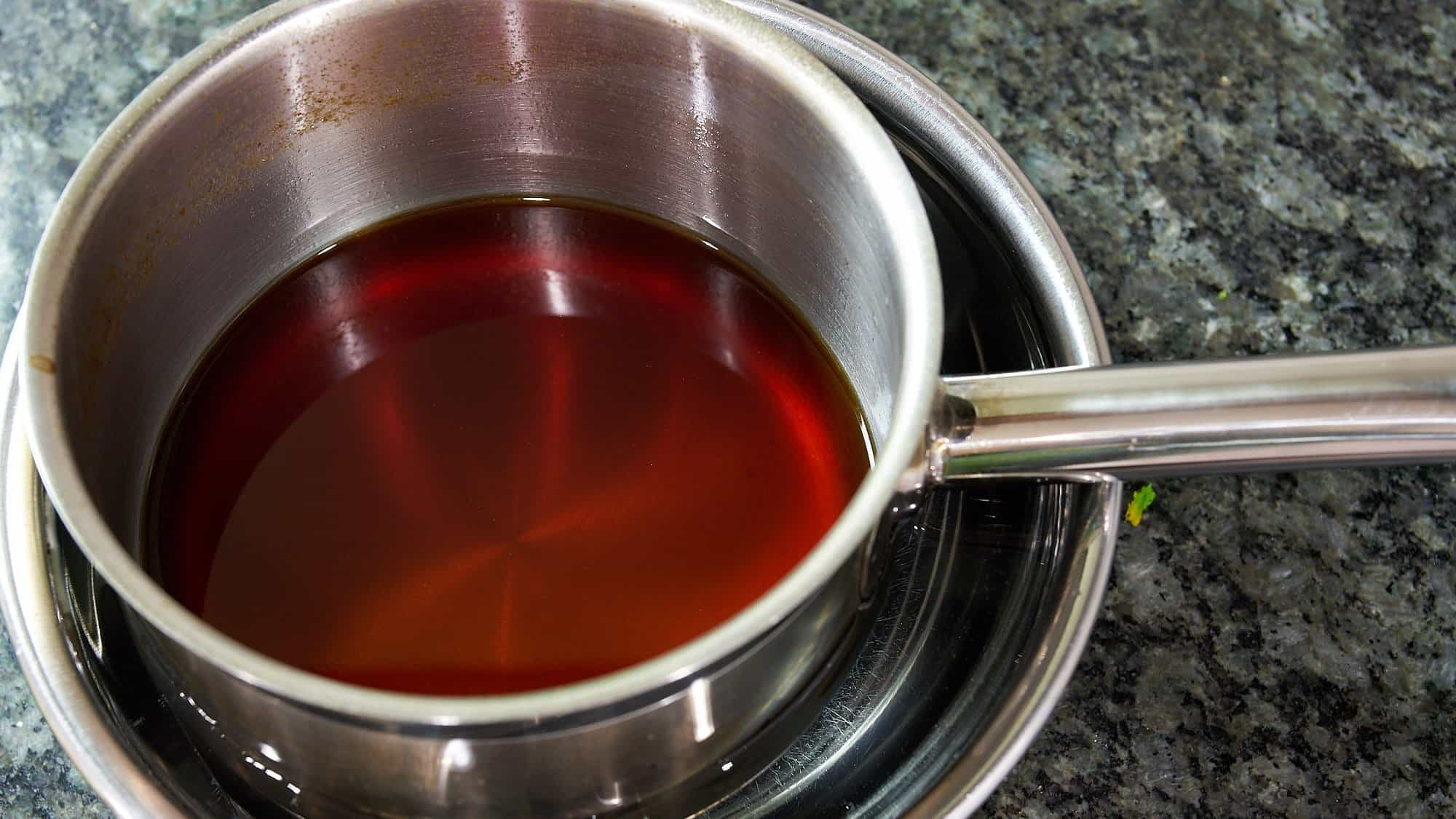 Chill the mentsuyu (noodle soup stock concentrate) before bottling.