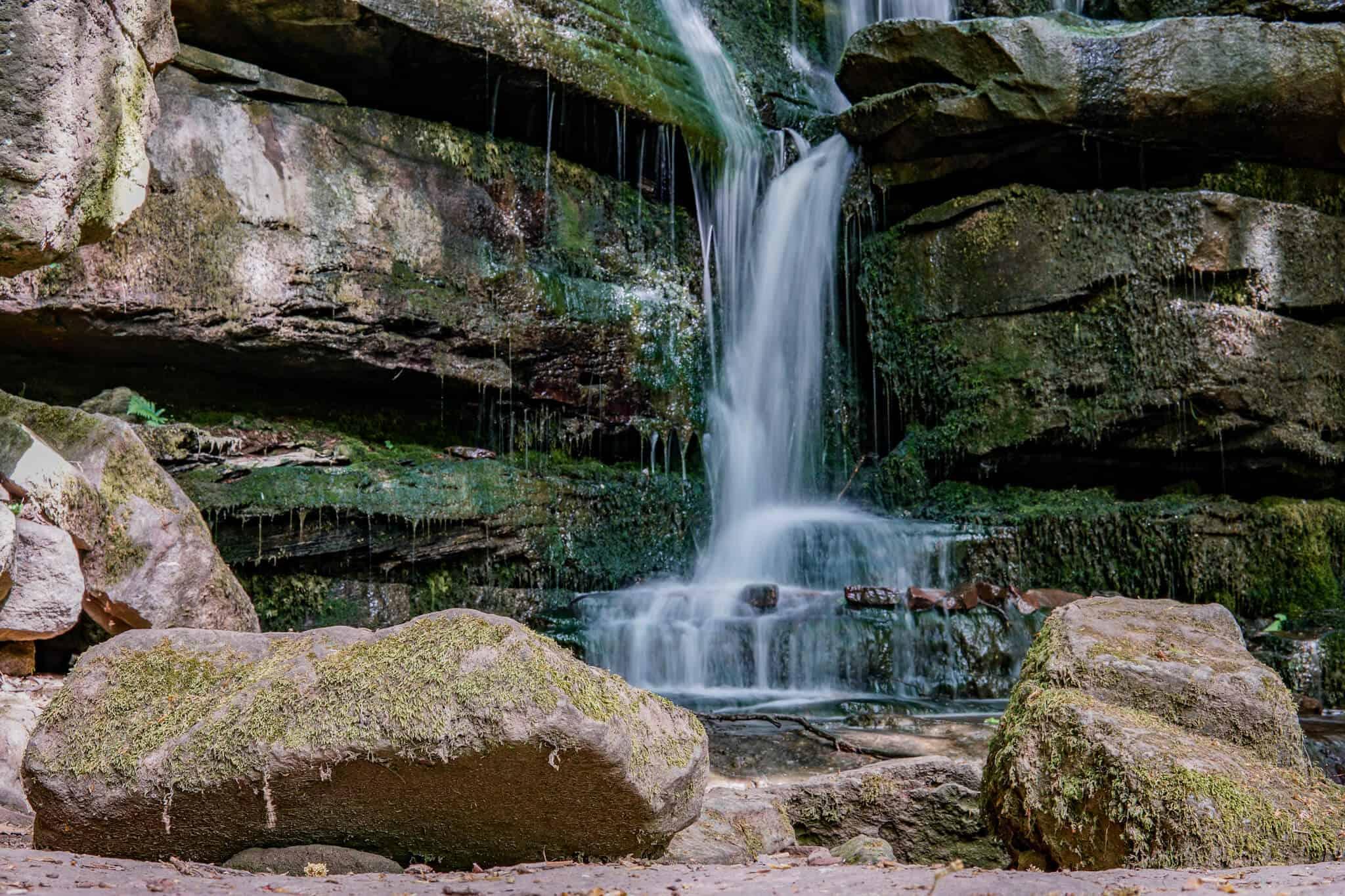 Wandern im Odenwald: Der 10 Meter hohe Wasserfall in der Margarethenschlucht
