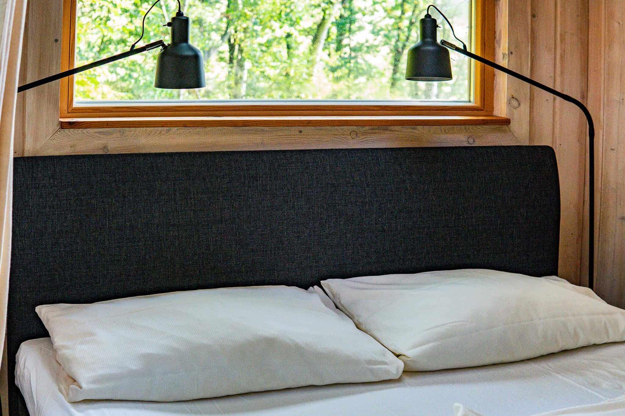 Bett im Baumhaushotel Wipfelglück