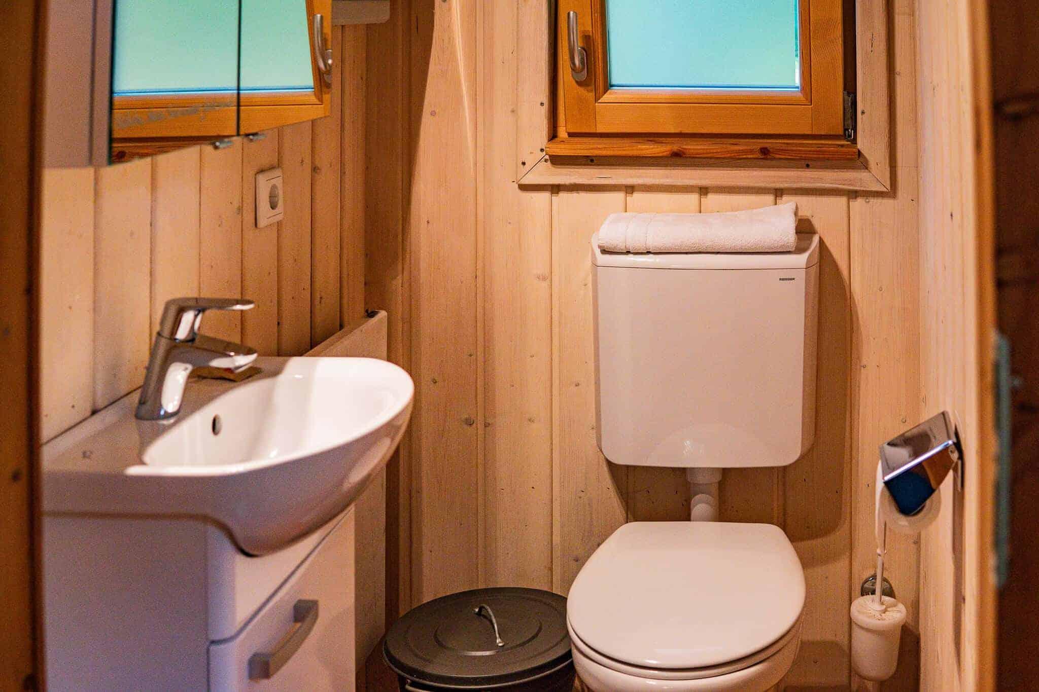 Toilette im Baumhaus