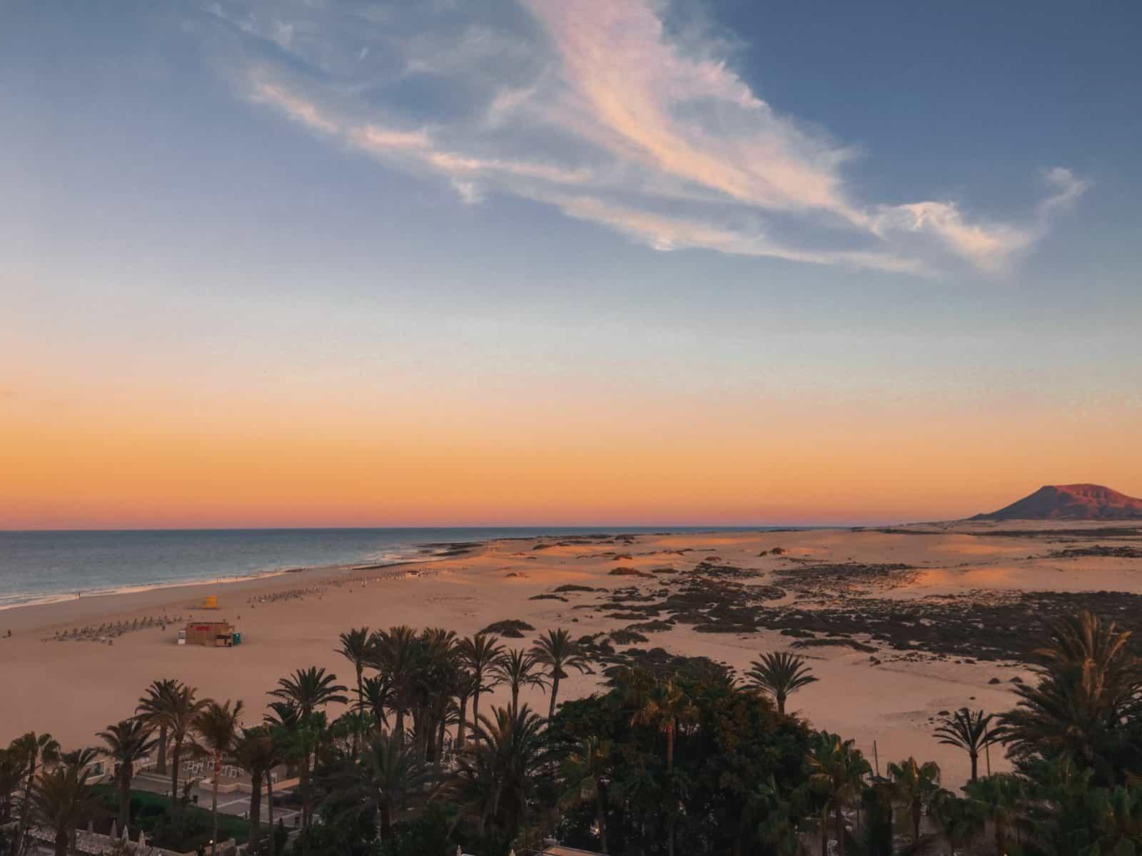 Sonnenuntergang über den Dünen von Corralejo auf Fuerteventura
