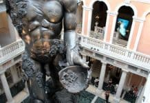 Venezia, migranti 'guidano' visitatori a Palazzo Grassi