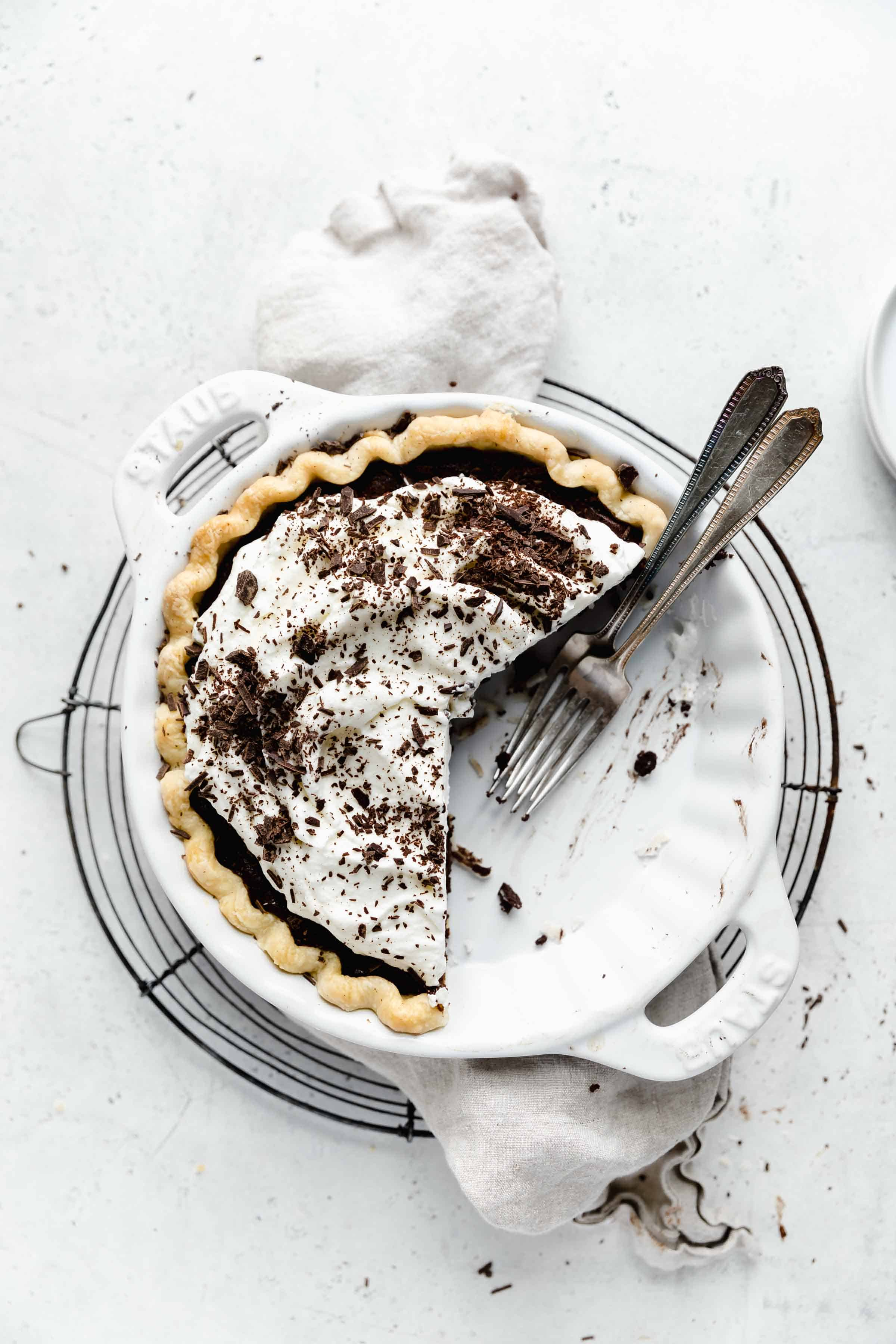 Rich, fudgy, and oh so chocolateyy this chocolate cream pie is a must for your thanksgiving dessert spread this year!