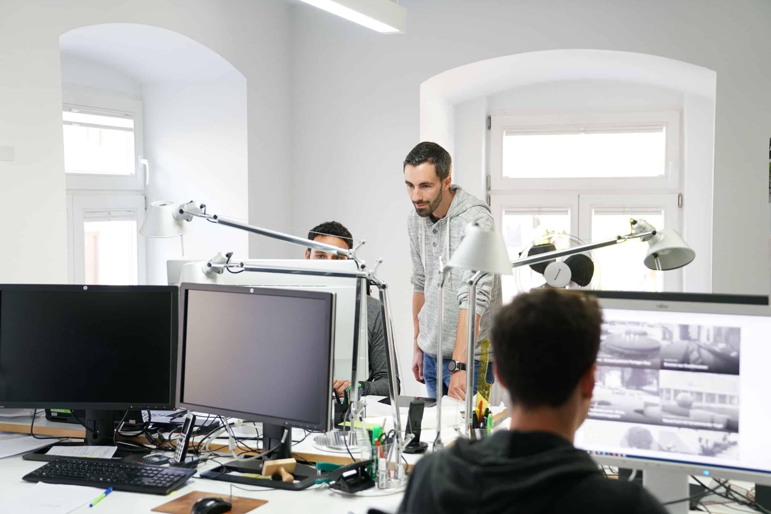 Bild: Besprechung eines Projekt am Arbeitsplatz im Büro