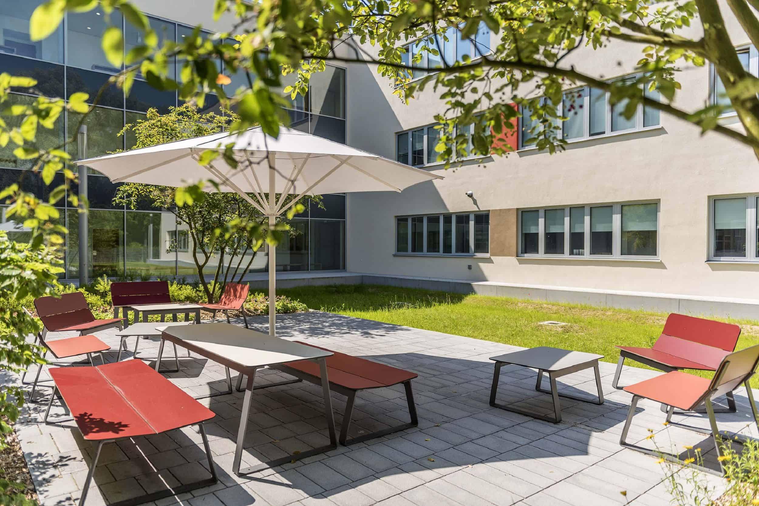 Bild: Lehrerterrasse im Innenhof, Foto: Johann Hinrichs Photography