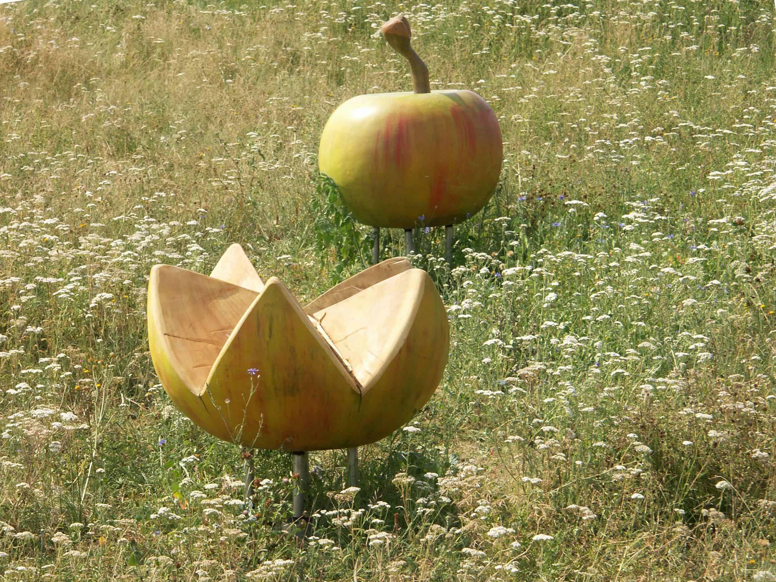 Foto: Spielgerät Wackelapfel in der Blumenwiese, Foto: ver.de landschaftsarchitektur