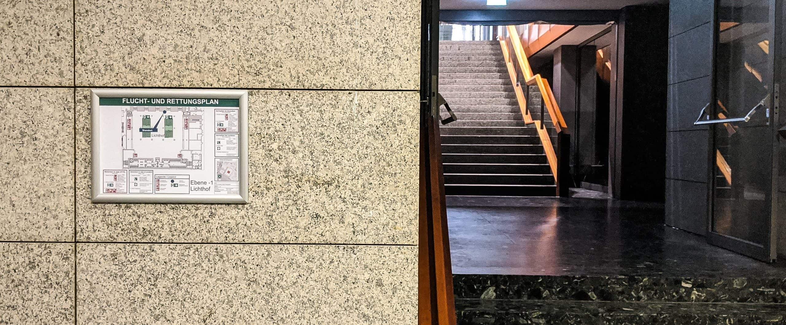 Flucht- und Rettungsplan im Foyerbereich einer Versammlungsstätte