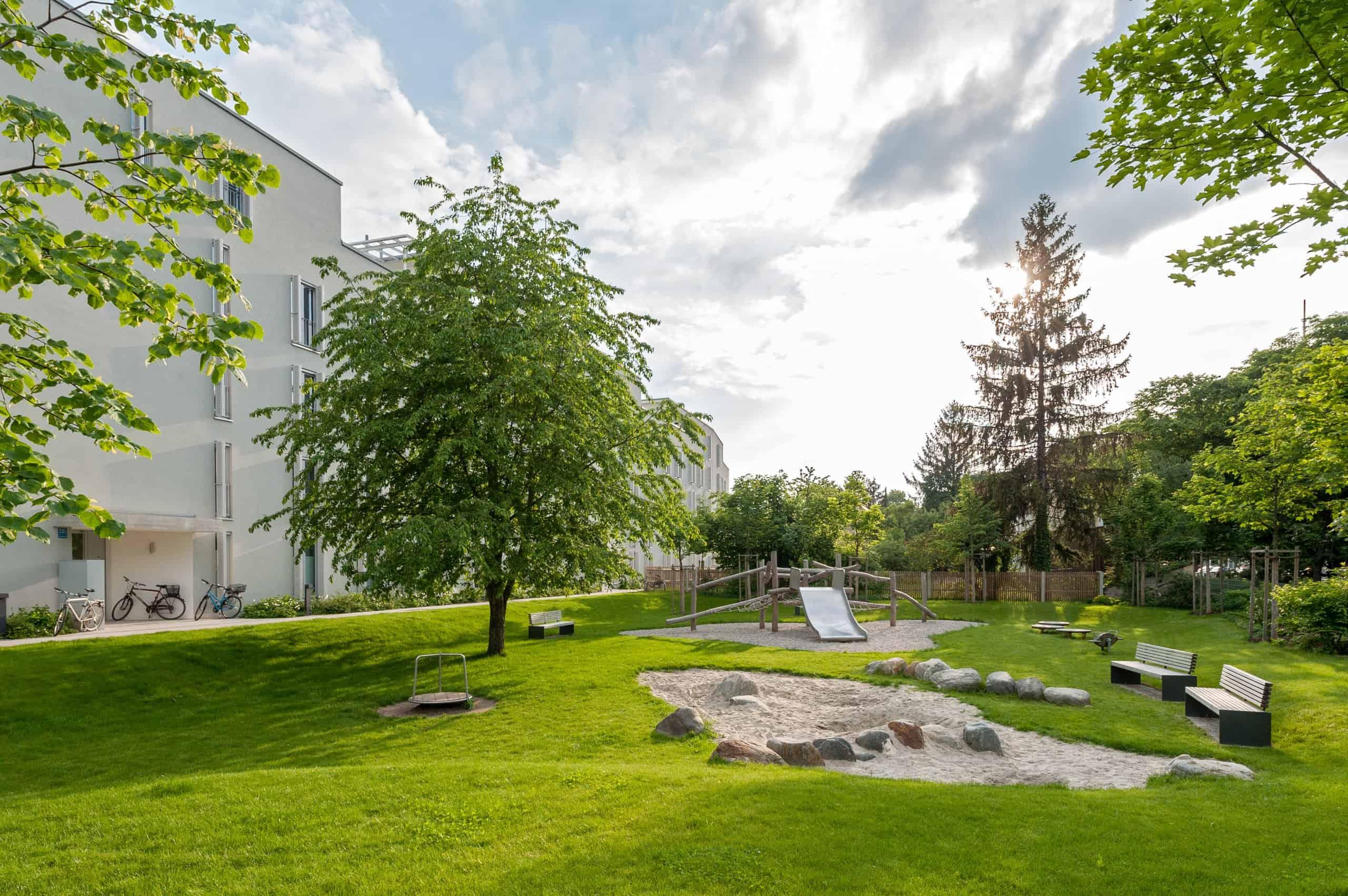 Bild: Landschaftlich gestalteter Spielplatz am Grünzug, Foto: Johann Hinrichs Photography