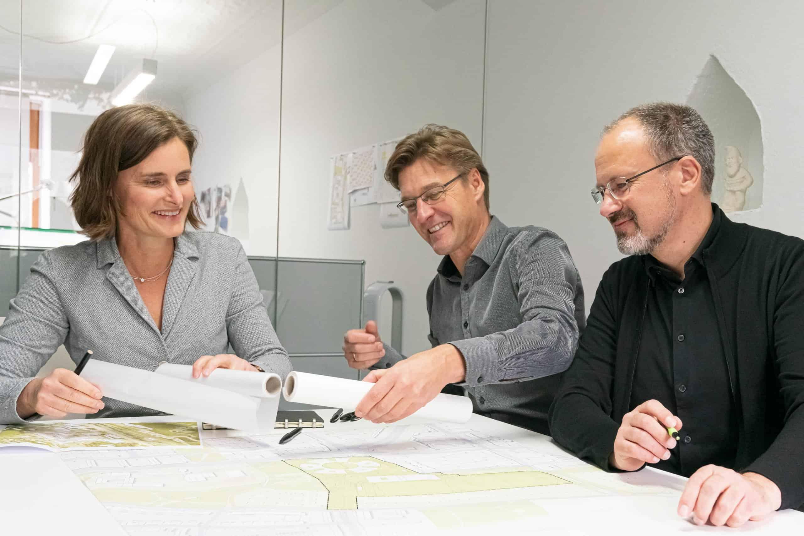 Bild: Die Geschäftsführer Prof. Dr. Birgit Kröniger, Jochen Rümpelein und Robert Wenk bei einer gemeinsamen Besprechung