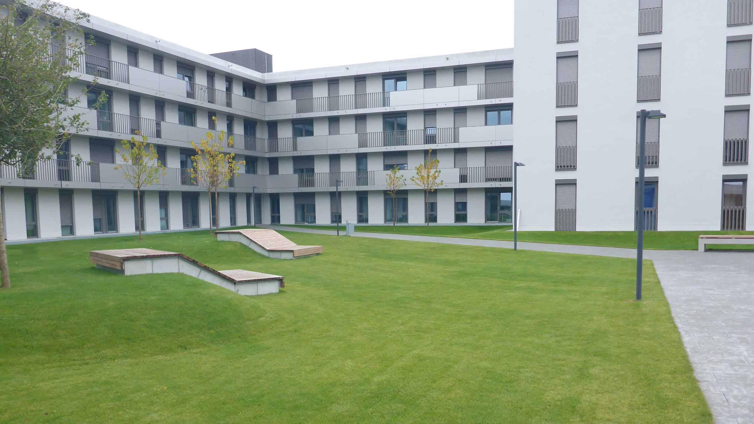Bild: Pilotprojekt Azubiwohnen am Innsbrucker Ring, grüner Innenhof, Foto: ver.de landschaftsarchitektur
