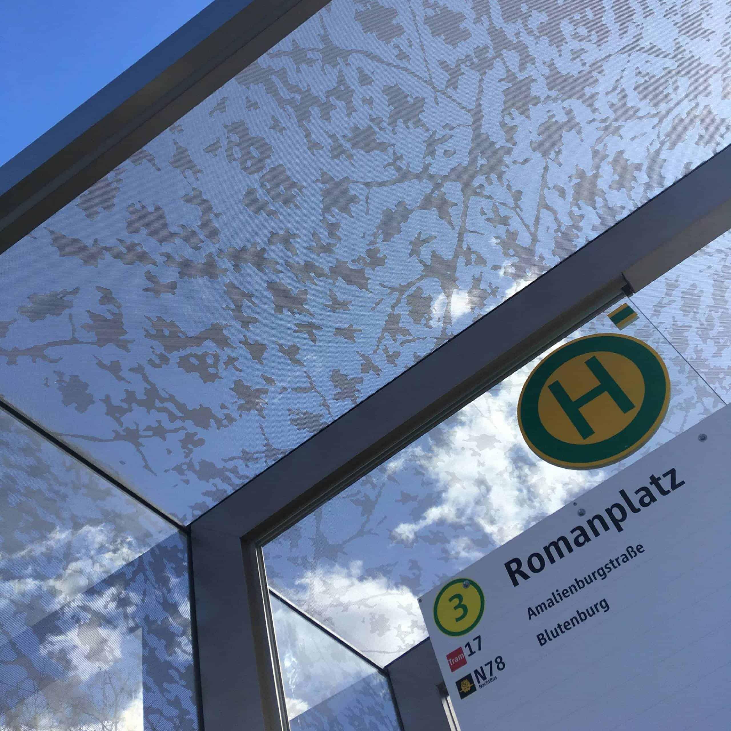 Bild: Haltestellenschild Romanplatz mit Glasüberdachung, Foto: ver.de