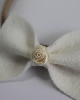 Nylon haarbandje witte vlinderstrik met roosje