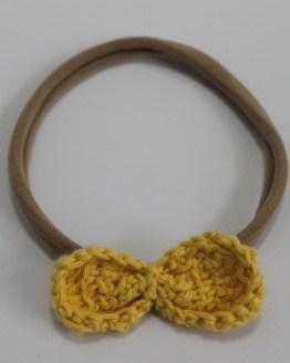 Nylon haarbandje gehaakt okergeel strikje