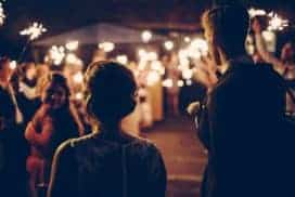 przygotowania do ślubu i wesela młodzi wchodzą na sale weselna