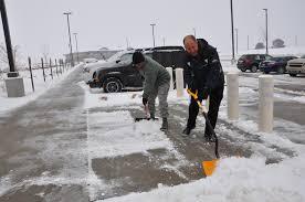 snow-crew-shovelling-snow