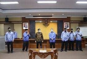 Ketua DPRD Purwakarta, H. Ahmad Sanusi (pakai baju batik hitam kuning) bersama Sekwan, H. Suhandi dan para Kabag di lingkungan Sekretariat DPRD