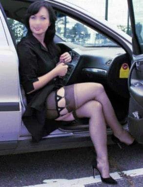 Une femme alsacienne qui aime faire la chienne sur les parkings devant son mari complice