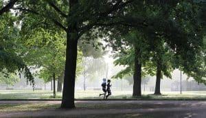 Ein Paar läuft in Merrell Trail Glove Schuhen