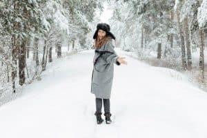 Mädchen geht im Winter in Leguano Kosmo Schuhen