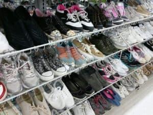 Schuhregal im Laden