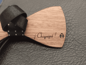 Gravure sur noeud papillon en bois