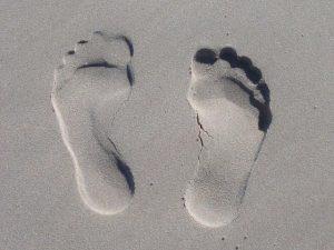 Zehen Abdrücke ohne Schuhe im Sand
