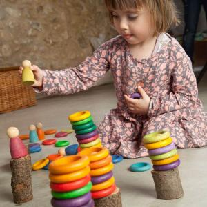 niña jugando con el juego heuristico