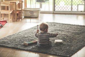 Baby spielt ohne Laufgitter