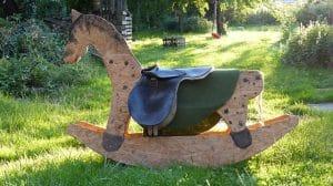 Holzpferd im Garten