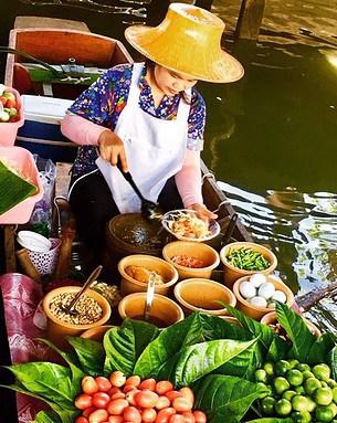 FLOATING MARKET SELLER IN THAILAND