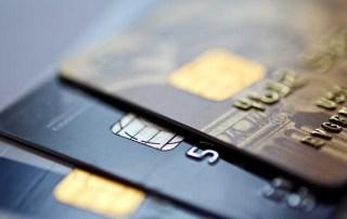 Kreditní karty na stole