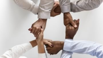 Mehrere Hände symbolisieren Teamwork
