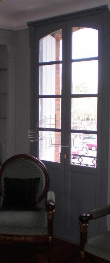Porte-fenêtre en bois dans le Tarn