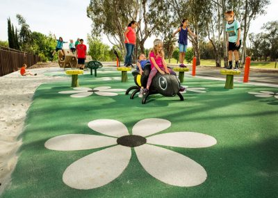 Установка резинового покрытия для детских площадок.