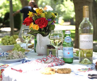 Beautiful Summer Picnic Table | Easy Party Ideas