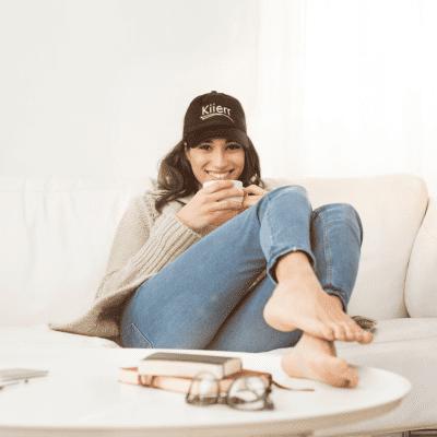 woman wearing kiierr hat