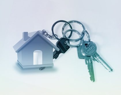 Une clé passe-partout sur un trousseau de clés
