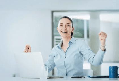 estar feliz ayuda a conseguir trabajo