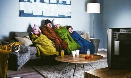 Familie friert vor dem Fernseher