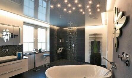 Spanndecke mit LED-Spots im Bad