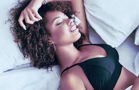 Au lit ou ailleurs, pouvoir se caresser avec ou sans vibromasseur, c'est quasi vital !