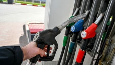 Дюжину АЗС обокрали за сутки в Петербурге, заправившись топливом на почти 20 тыс. рублей