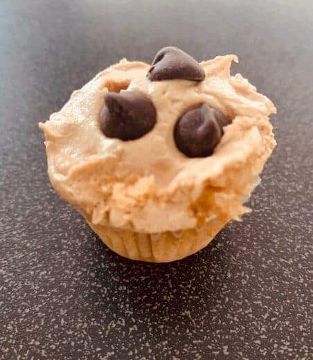vanilla cupcake with peanut butter frosting