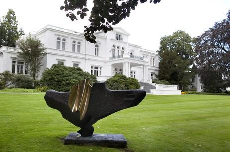 Villa Hammerschmidt Skulptur Montana von Bernhard Heiliger (1968) im Garten