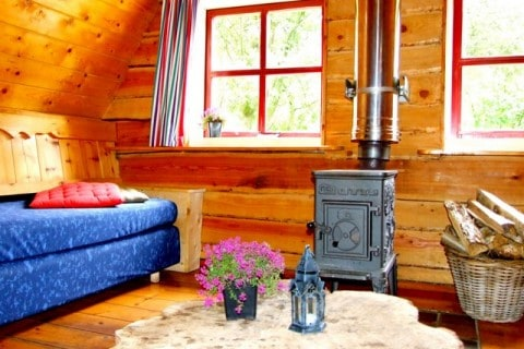 Te Hooi en Te Gras plaggenhut interieur met houtkachel